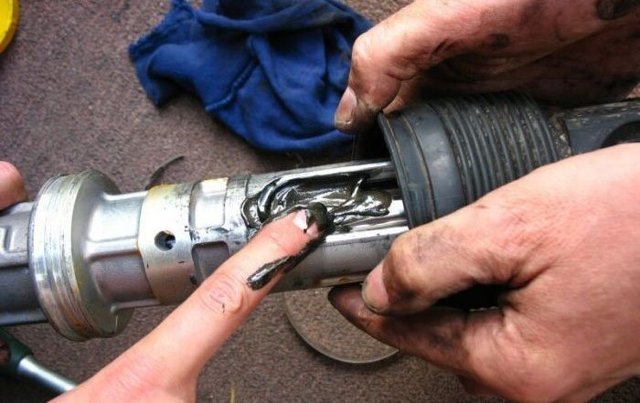 Стук рулевой рейки: причины, устранение. Как убрать стук при повороте руля (видео). Что делать, если стучит рулевая рейка. Ремонт своими руками. Как подтянуть