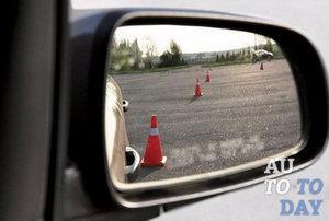 Как научиться ездить задним ходом по зеркалам (видео)