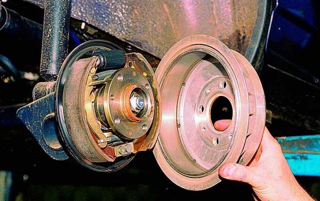 Замена тормозных барабанов, колодок. Как снять задний тормозной барабан (видео). Греются барабаны после замены тормозных колодок.
