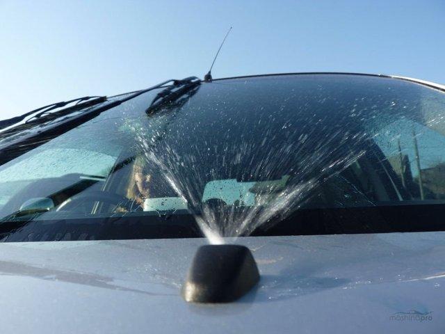 Не работает омыватель лобового, заднего стекла: почему не брызгают форсунки, где находится и как снять насос; замена предохранителя, моторчика