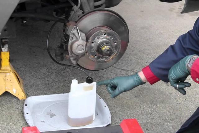 Как прокачать тормоза одному, прокачка тормозной системы с АБС