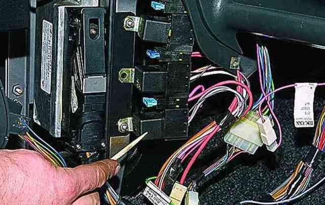 Не работают поворотники: почему перестала включаться аварийка, причина. Как проверить реле указателей поворотов, кнопку аварийной сигнализации, где находится предохранитель