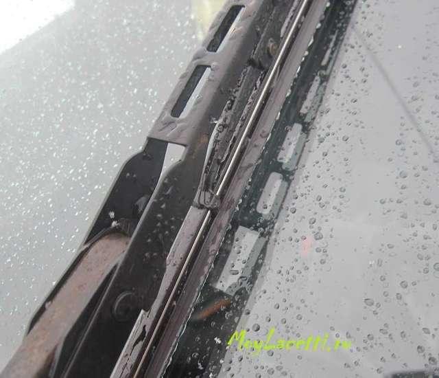 Почему скрипят дворники? Что делать и как убрать скрип новых щеток по лобовому стеклу. Чем смазать механизм, чтобы резинки дворников не скрипели, не прыгали.