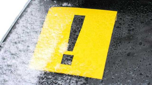 Восклицательный знак на машине: что означает, сколько обязателен