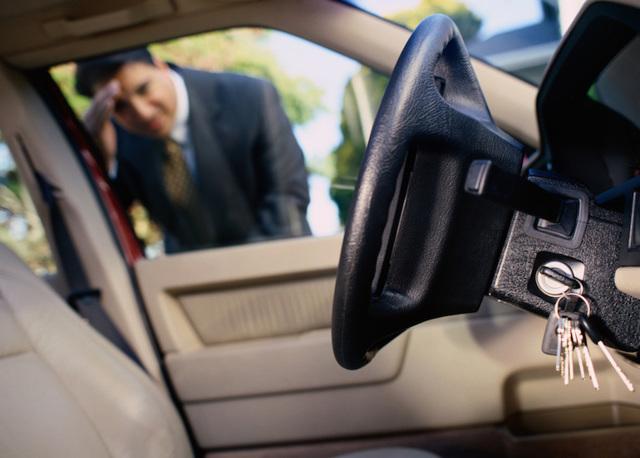 Как открыть машину без ключа, замерз замок, ключи в машине