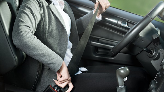 Правильная посадка за рулем: положение рук на руле, ног.