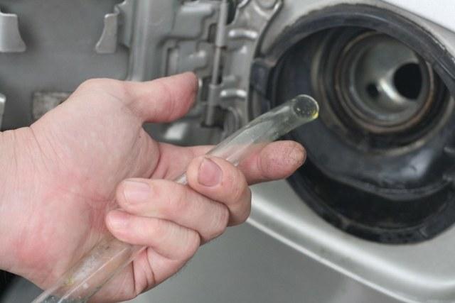 Как слить бензин из бака иномарки, ВАЗ; видео откачки топлива шлангом