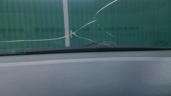 Трещины и сколы на лобовом стекле: ремонт своими руками