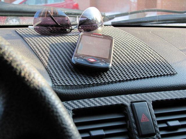 Противоскользящий коврик в машину для телефона: какой купить
